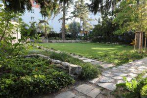 Celkový pohled na spodní, přírodní část zahrady s travnatou plochou